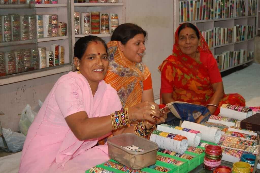 Regatear comprando pulseras en India
